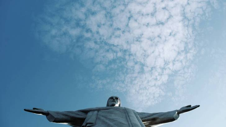 rio statue looking at the sky