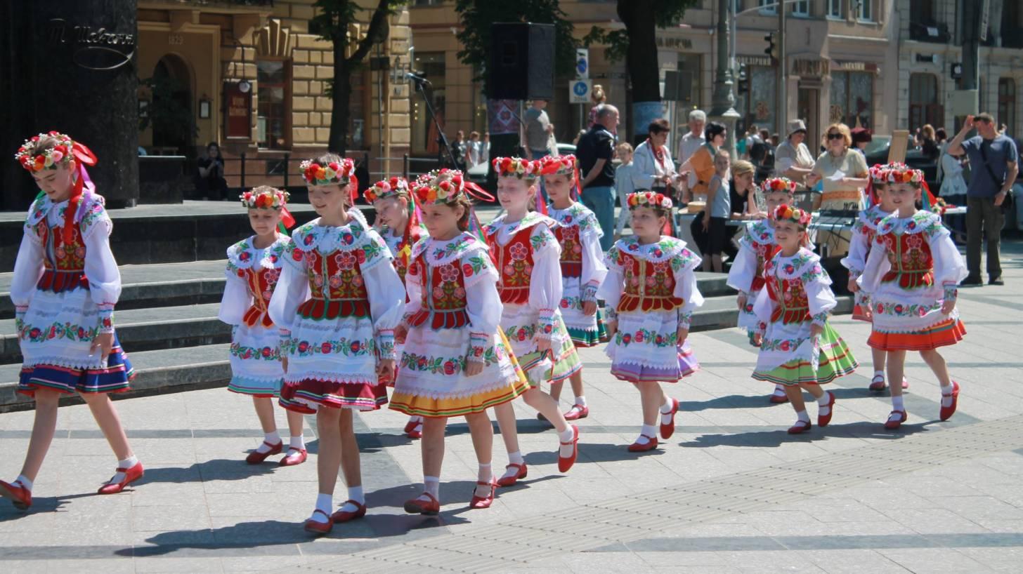 ukraine children in costume